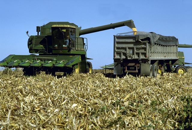 A John Deere 9410 Combine set to harvest Oats.